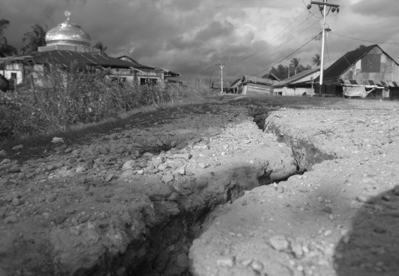 Cracked_Road_after_earthquake_in_Aceh_Indonesia
