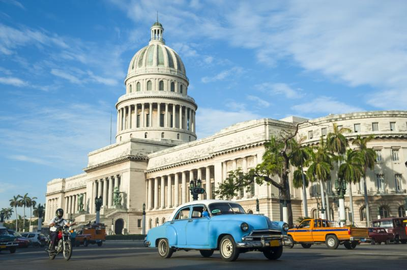 Picture of the El Capitolo in Cuba with a blue car